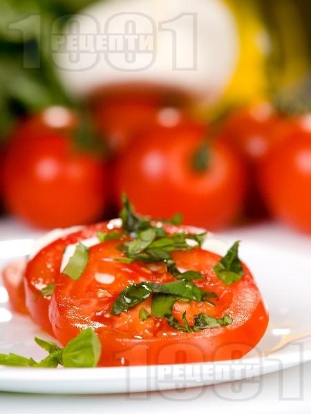 """Салата """"Капрезе"""" с домати, моцарела и песто - снимка на рецептата"""